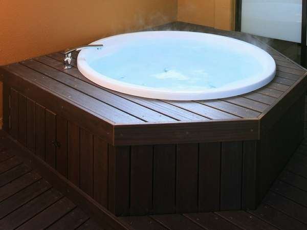A small outdoor bath of the private room.
