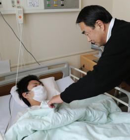 Jin Abe, 16-year-old, who pulled alive from the demolished house met his father. Jin was rescued after 9 days.
